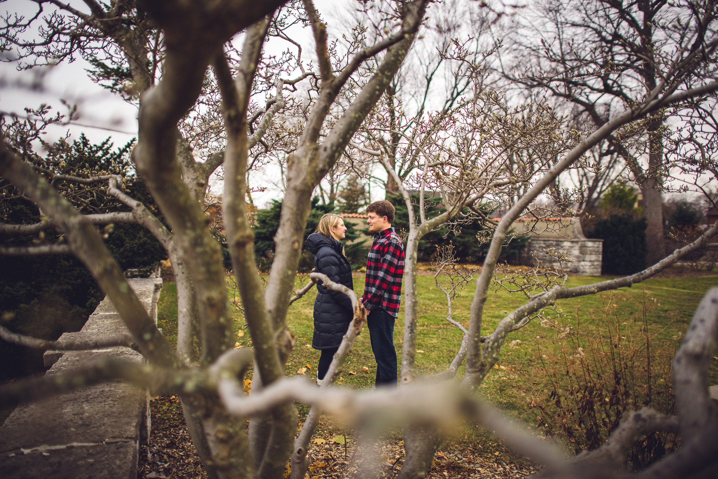 01-engagement-couple-behind-a-tree-candid