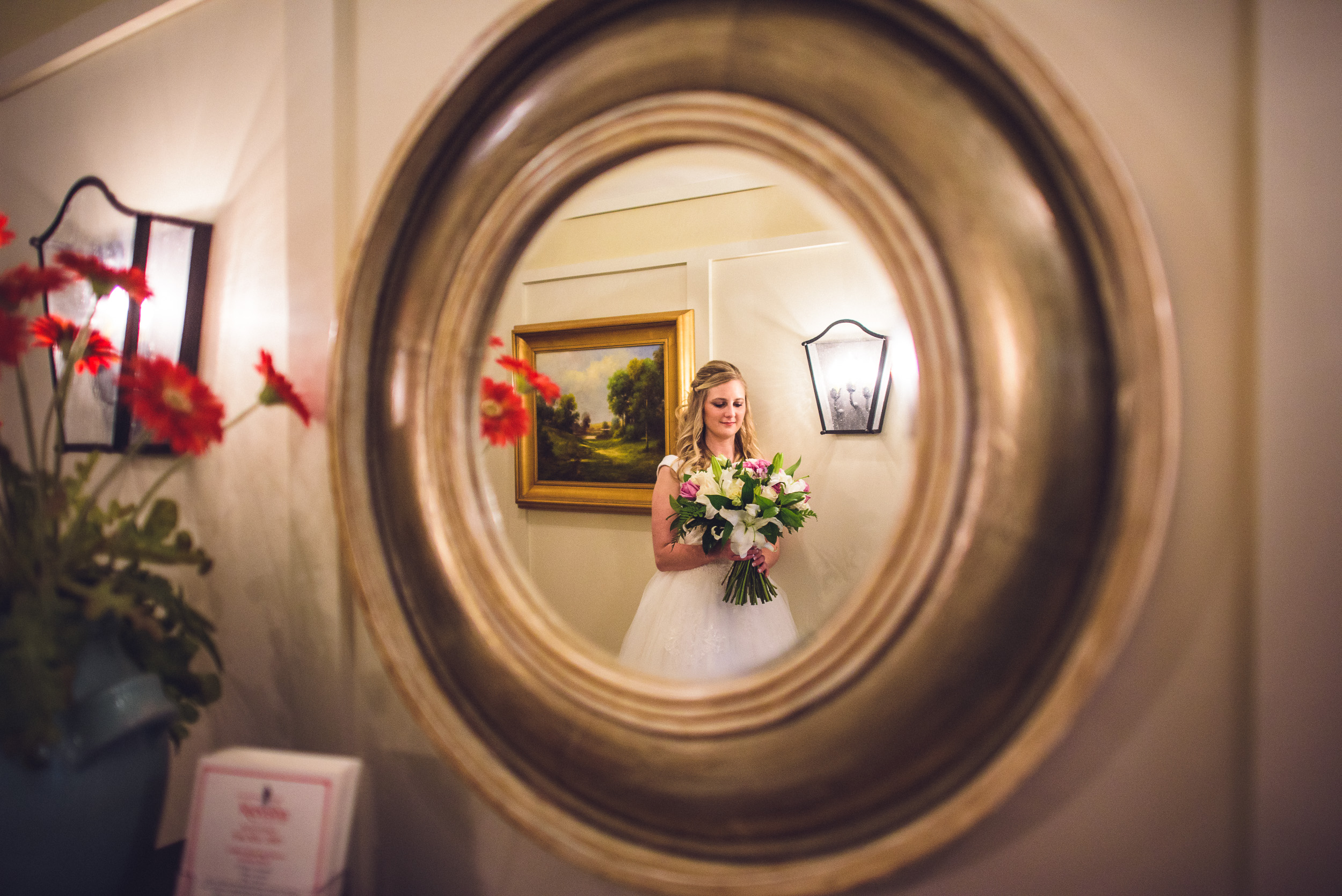 02-bride-with-bouquet-mirror-reflection
