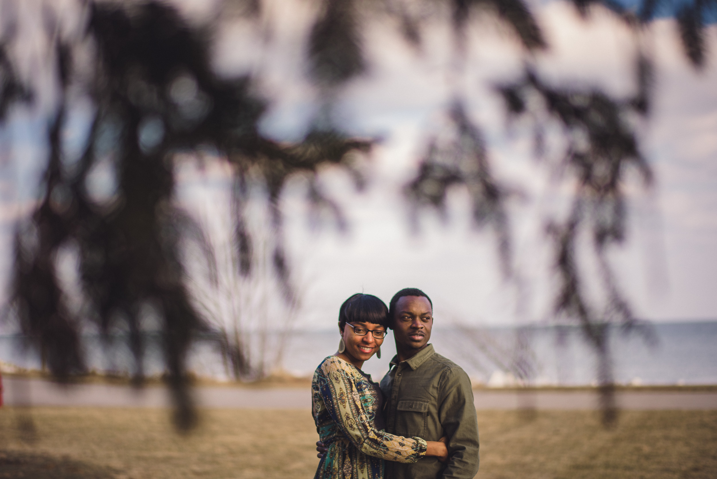 08-engagement-couple-behind-a-tree-candid